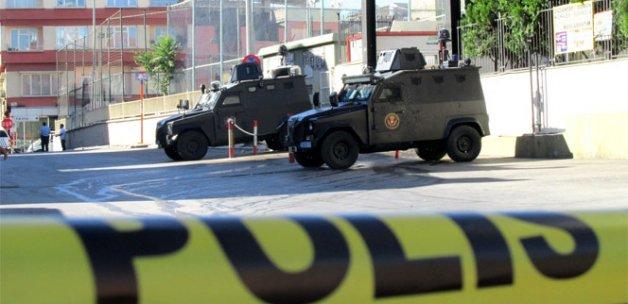 Valilik önünde bekleyen polis ekibine silahlı saldırı: 1 polis yaralı