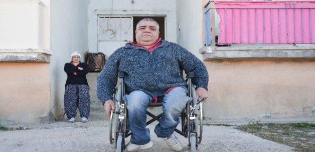 Yarım asırdır tekerlekli sandalyeye mahkum yaşıyor