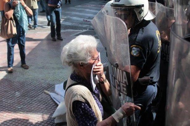 Yunanistan'da Syriza'nın saldırdığı emekliler arasında yer alan isim gündem oldu