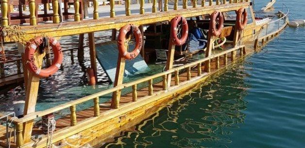 Alanya'da boş gezi teknesi batma tehlikesi geçirdi