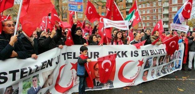 Hollanda'da 'Teröre Lanet Demokrasiye Davet' gösterisi düzenlendi