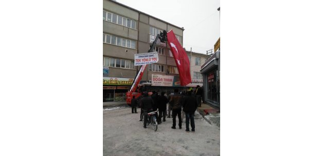 HDP binasına vinçle Türk bayrağı astılar:
