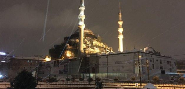 İstanbul'u etkisi altına alan kar yağışı sürüyor