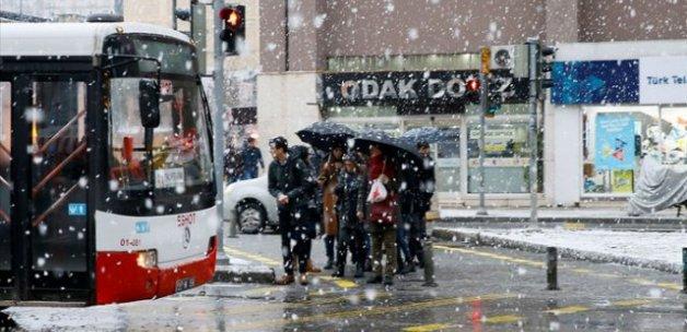 İzmir'e kar yağdı, okullar tatil edildi