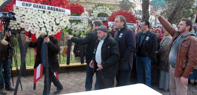 Şehit cenaze törenine gönderilen CHP çelengi boş bahçeye atıldı