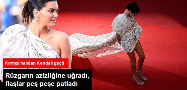 Kendall Jenner, Uzun Kuyruklu Elbisesiyle Rüzgarın Azizliğine Uğradı