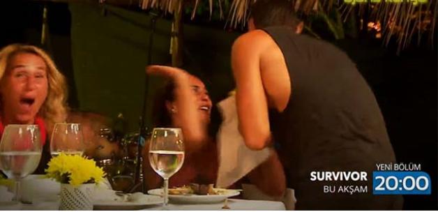 Survivor Sabriye'yi öpen Yunan yarışmacı kim? Sabriye tokadı basıyor!