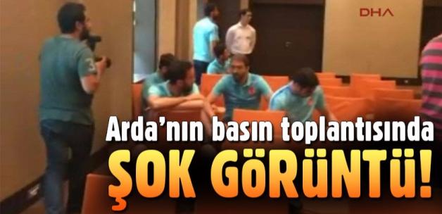Arda Turan'ın basın toplantısında şok görüntü