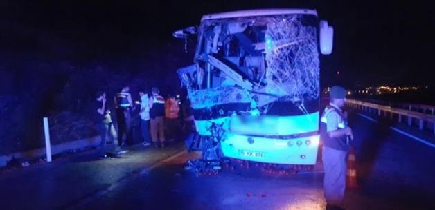 Yolcu otobüsüyle kamyon çarpıştı: 1 ölü 24 yaralı