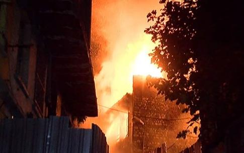 Fatih'te ahşap binada korkutan yangın