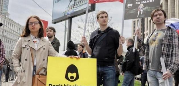 Rusya'nın başkenti Moskova'da binlerce kişi, anlık mesajlaşma uygulaması Telegram'ın yasaklanmasını protesto etti