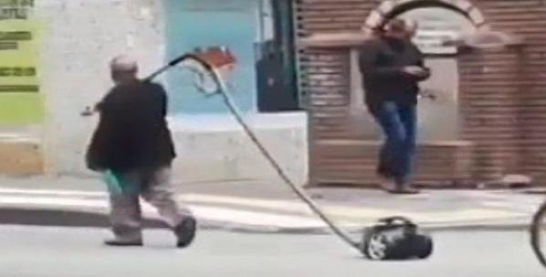 Sivas'ta herkes elektrik süpürgeli bu vatandaşı arıyor! Nedenini öğrenince gözyaşlarınızı tutamayacaksınız!