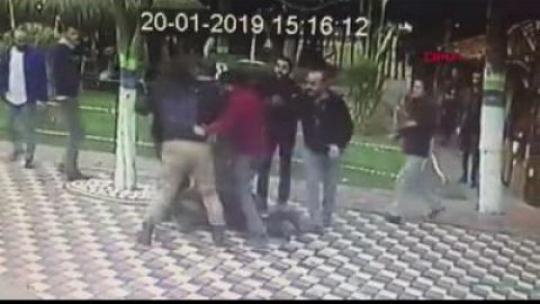 Bursa'da el ele yürüyen çift magandaların saldırısına uğradı (Video Haber)