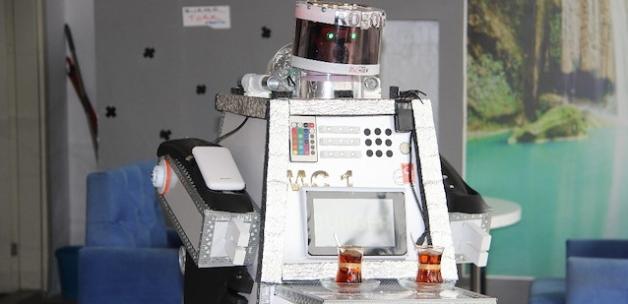 Girişimci kafe sahibi robot garson üretti