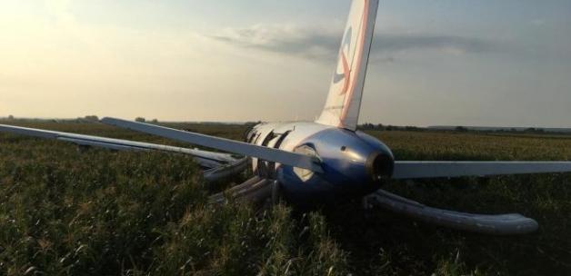 Havada korku dolu anlar… Rus uçağı tarlaya indi!