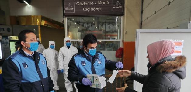 Başakşehir Belediyesi, semt pazarlarında ücretsiz maske dağıttı