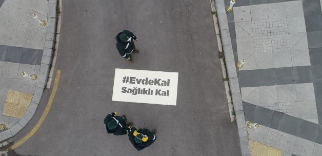 Sultanbeyli'de caddeler, sokaklar 'Evde Kal' diyor