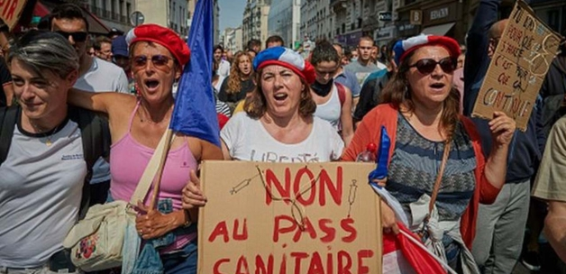 Fransa'da aşı karşıtları aşı merkezine saldırdı!