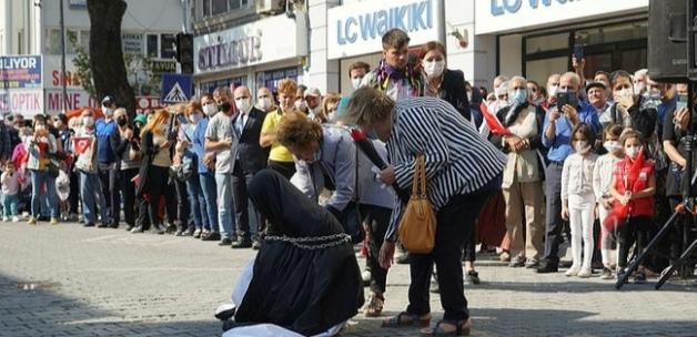 CHP'li belediyeden skandal tören: Türk kadınını zincire vurdular