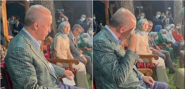 Cumhurbaşkanı Erdoğan Erdem Bayazıt'ın şiirini dinlediği esnada gözyaşlarını tutamadı