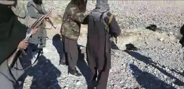 Taliban'ın infazı tüyler ürpertti! Askerin başını kesip kutlama yaptılar