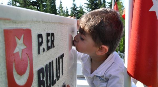 2.5 Yaşındaki Yağız, Şehit Babasının Mezar Taşını Öptü