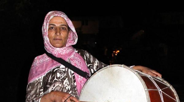 2 Çocuk Annesi, Gönüllü Ramazan Davulcusu Oldu