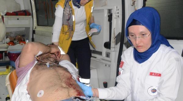2 Kişi Tarafından Bıçaklandı