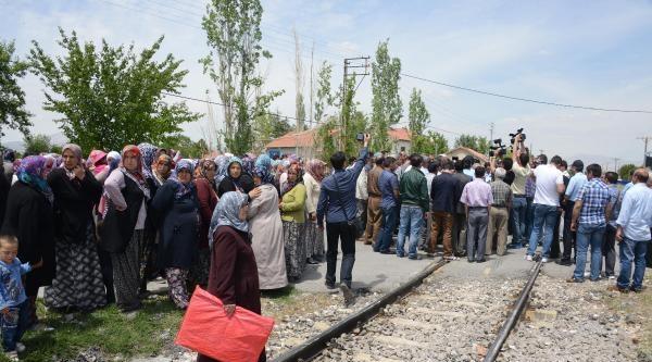 2 Kişinin Öldüğü Tren Kazasının Ardından Mahalleli Tren Yolunu Kapattı