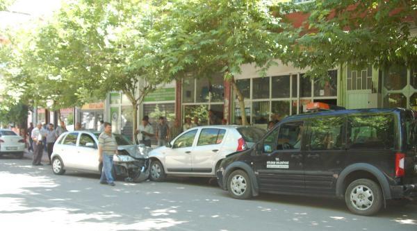 2 Otomobile Çarpan Otomobilin Sürücüsü Yaralandı
