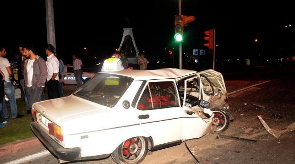 2 Otomobile Çarpan Sürücü, Aracını Bırakıp Kaçtı