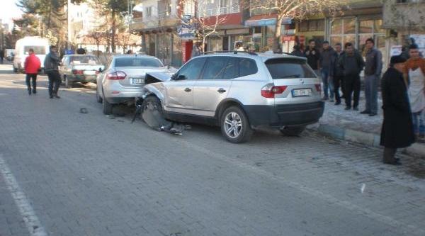 3 Otomobilin Çarpiştiği Kazada 2 Yarali