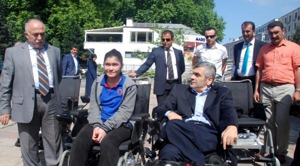 4 Engelliye Akülü Tekerlekli Sandalye
