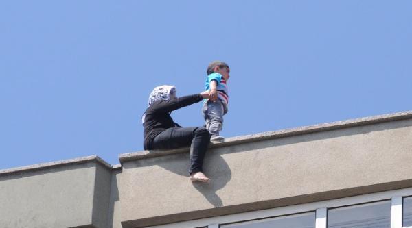 4 Yaşındaki Oğluyla 7'nci Kattan Atlamaya Kalkıştı