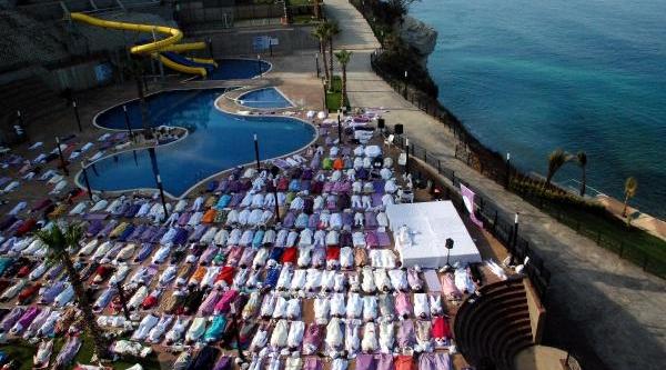 500 Kişi Yoga Yapti