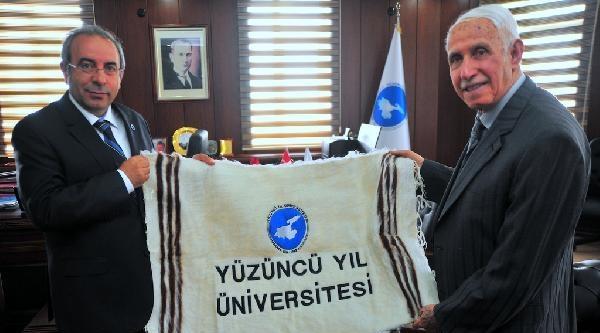 700 Üniversiteliye Burs Veren İşadamina Plaket