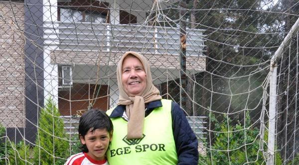 72 Yaşındaki Babaanne Kaleyi Korudu, Torunu Gol Aradı