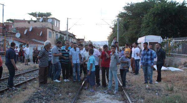 7 Yaşındaki Çocuğa Tren Çarpti, Mahalleli Tren Yolunu Kapattı