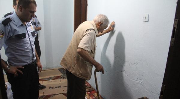 90 Yaşındaki Eşi Kapıyı Kilitleyince Polisi Arayıp Yardım İstedi