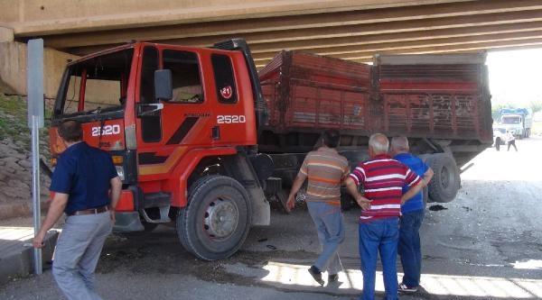 Açık Unuttuğu Damperi  Üst Geçide Çarpan Kamyon Sürücüsü Yaralandı