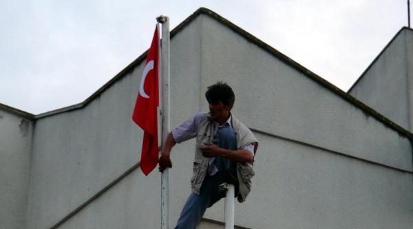 Acil Serviste Sağlıkçılara Kızdı, Bayrak Direğine Çikti