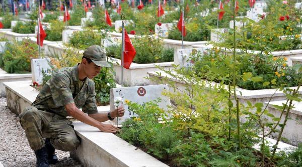 Adana'da Bayram Arifesinde Şehitlik Ziyareti