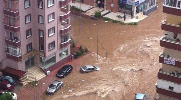 Adana'da Etkili Sağanak Yağış Yaşamı Felç Etti