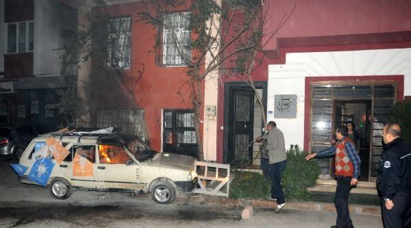 Adana'da Eylemcilerin Yaktığı Ak Parti Bayraklı Otomobili Toma Söndürdü