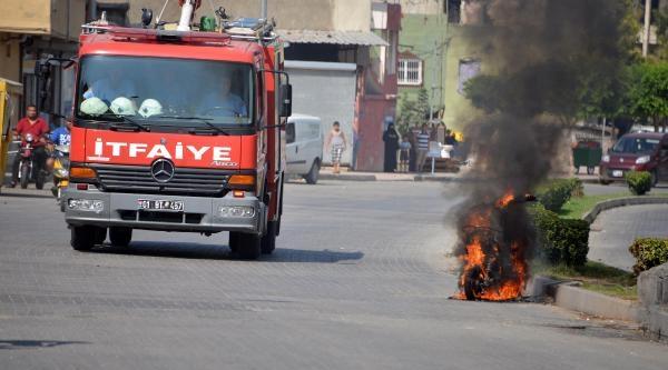 Adana'da Göstericiler Motosiklet Yaktı