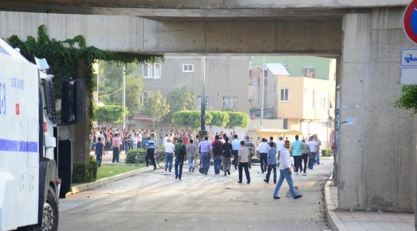 Adana'da Korsan Gösteriye Polis Müdahalesi