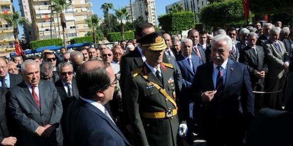 Adana'daki Çelenk Töreninde Vali Ile Belediye Başkan Vekili Tartişti