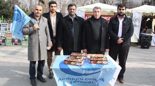 Adiyaman'da Anadolu Gençlik Derneği, Ariel Şaron'un Ardindan Lokum Dağitti