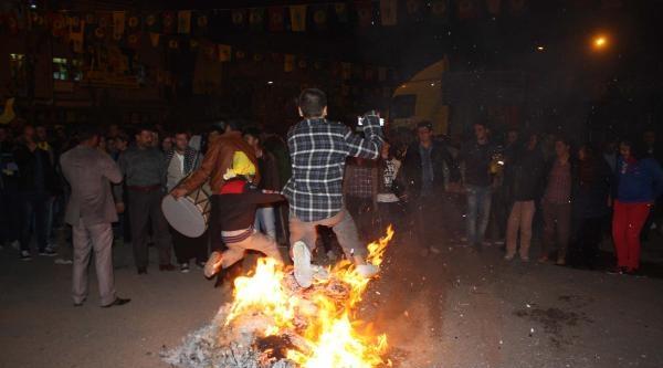Adıyaman'da Bdp'liler Ateş Yakıp, Halay Çekti