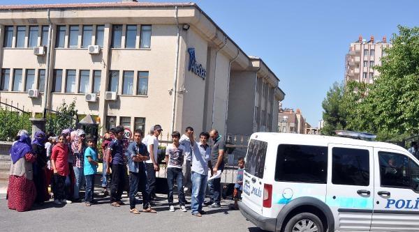 Adıyaman'da Elektriği Kesilen Çiftçiler Akedaş'ı Bastı